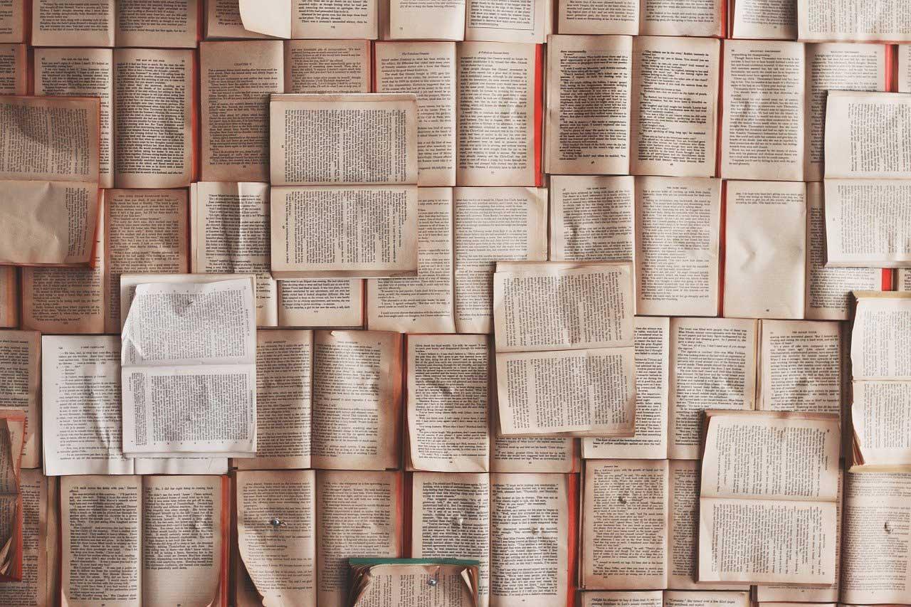 Sammlung aufgeklappter Bücher